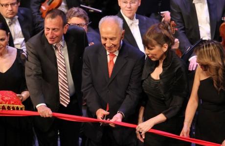 """נשיא המדינה גוזר את הסרט באירוע הפתיחה של התיאטרון הלאומי """"הבימה"""""""